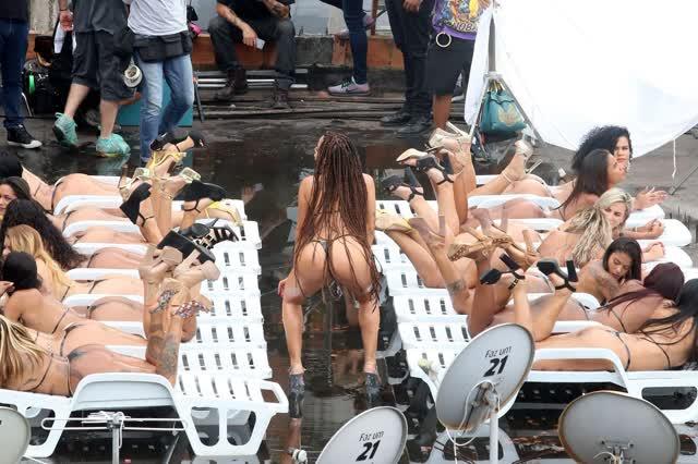Fotos da Anitta pelada em gravação no seu novo clip na favela no morro do Vidigal 18