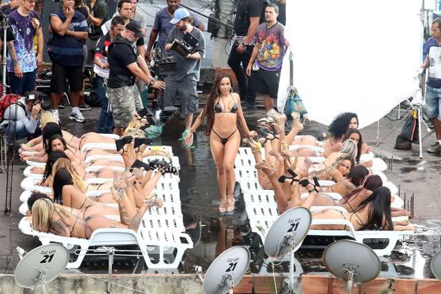 Fotos da Anitta pelada em gravação no seu novo clip na favela no morro do Vidigal 19