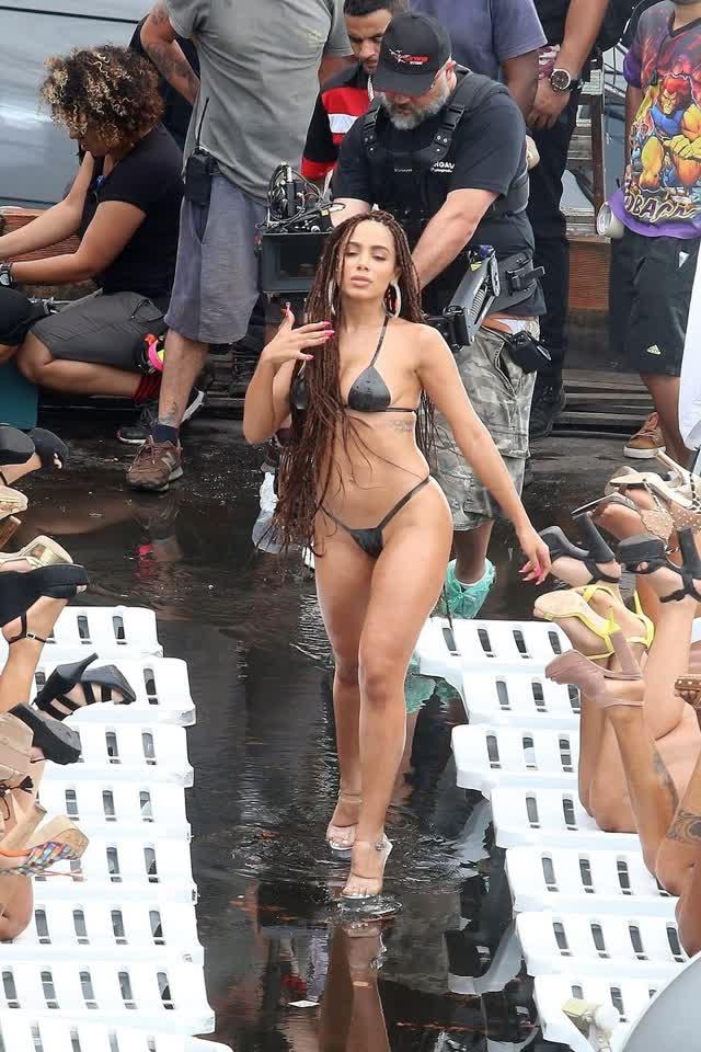 Fotos da Anitta pelada em gravação no seu novo clip na favela no morro do Vidigal 2