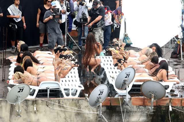 Fotos da Anitta pelada em gravação no seu novo clip na favela no morro do Vidigal 21