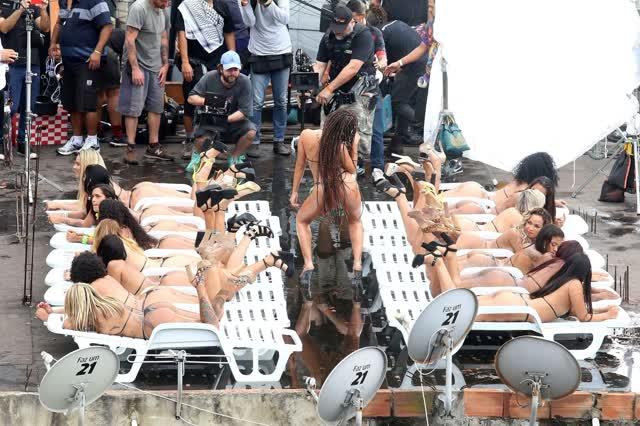 Fotos da Anitta pelada em gravação no seu novo clip na favela no morro do Vidigal 22