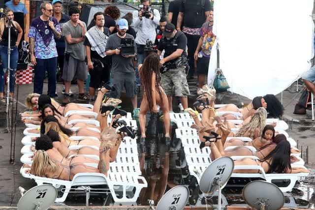 Fotos da Anitta pelada em gravação no seu novo clip na favela no morro do Vidigal 23