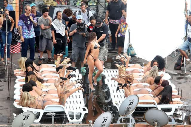 Fotos da Anitta pelada em gravação no seu novo clip na favela no morro do Vidigal 24