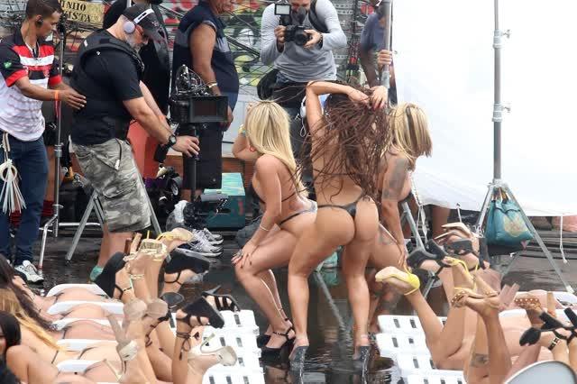 Fotos da Anitta pelada em gravação no seu novo clip na favela no morro do Vidigal 25