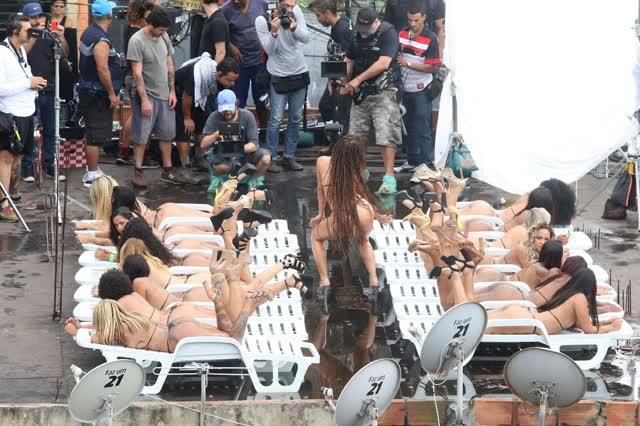 Fotos da Anitta pelada em gravação no seu novo clip na favela no morro do Vidigal 26