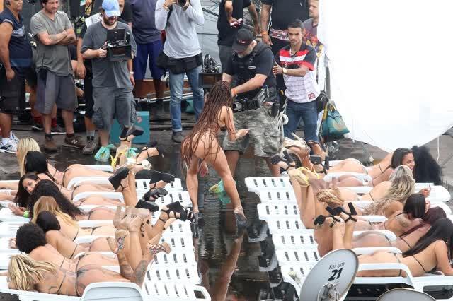 Fotos da Anitta pelada em gravação no seu novo clip na favela no morro do Vidigal 27