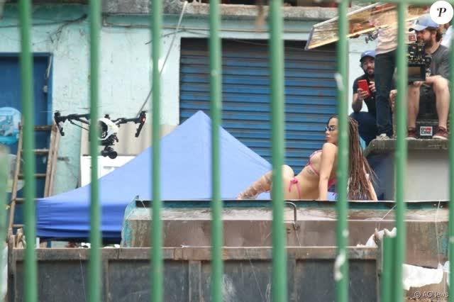 Fotos da Anitta pelada em gravação no seu novo clip na favela no morro do Vidigal 28