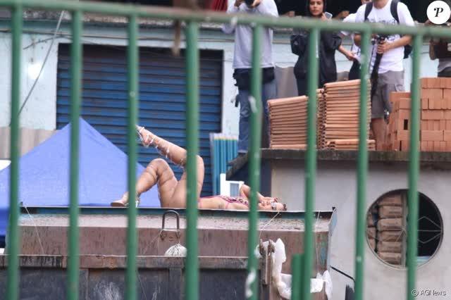 Fotos da Anitta pelada em gravação no seu novo clip na favela no morro do Vidigal 29