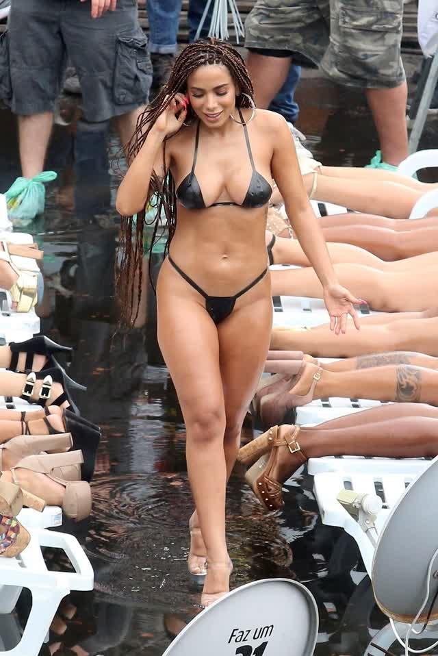 Fotos da Anitta pelada em gravação no seu novo clip na favela no morro do Vidigal 3