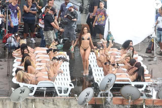 Fotos da Anitta pelada em gravação no seu novo clip na favela no morro do Vidigal 30