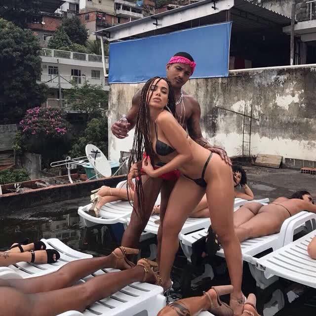 Fotos da Anitta pelada em gravação no seu novo clip na favela no morro do Vidigal 32