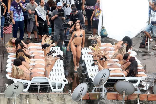 Fotos da Anitta pelada em gravação no seu novo clip na favela no morro do Vidigal 4