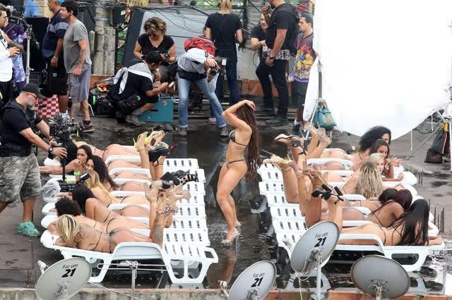 Fotos da Anitta pelada em gravação no seu novo clip na favela no morro do Vidigal 5