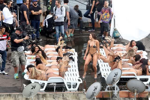 Fotos da Anitta pelada em gravação no seu novo clip na favela no morro do Vidigal 6