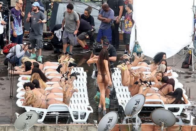 Fotos da Anitta pelada em gravação no seu novo clip na favela no morro do Vidigal 7