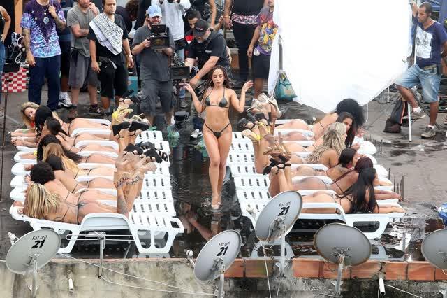 Fotos da Anitta pelada em gravação no seu novo clip na favela no morro do Vidigal 8
