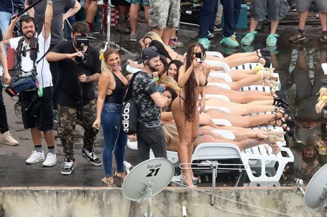Fotos da Anitta pelada em gravação no seu novo clip na favela no morro do Vidigal 9