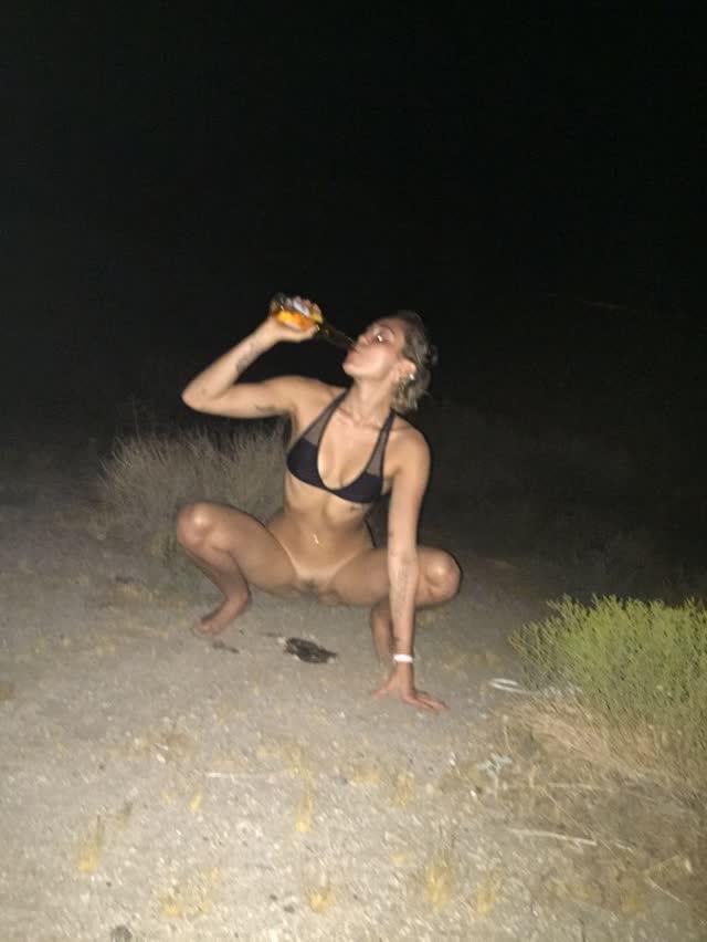 Miley Cyrus tem fotos intimas pelada vazadas por hacker confira 16