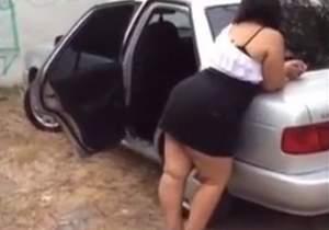 Gordinha rabuda se exibindo dentro carro na rua