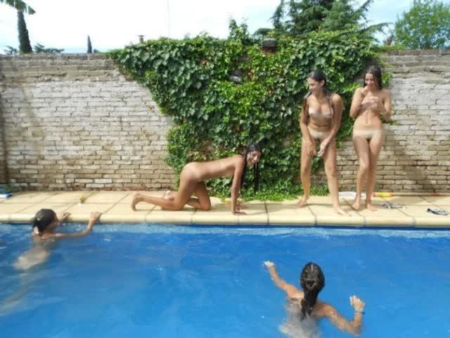 Novinhas no feriado brincando peladas na casa de praia 2