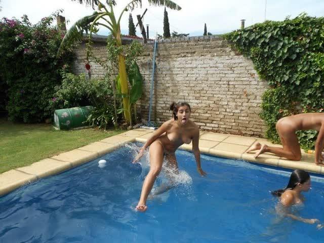 Novinhas no feriado brincando peladas na casa de praia 6