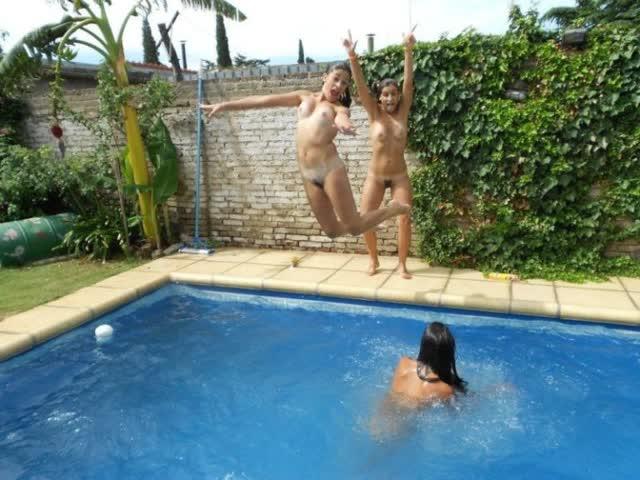 Novinhas no feriado brincando peladas na casa de praia 8