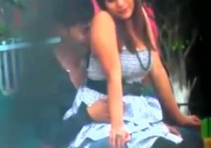 Casal namorados flagrados fazendo sexo em banco de parque no Peru!