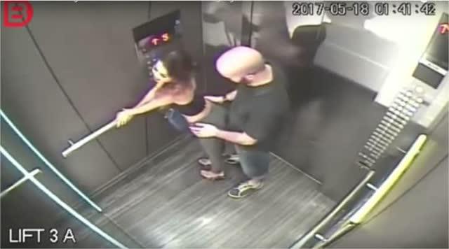 Filmagem em elevador flagra antes e o depois de uma garota de programa 1