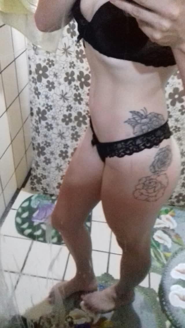 Casada anônima, magrinha tatuada deliciosa