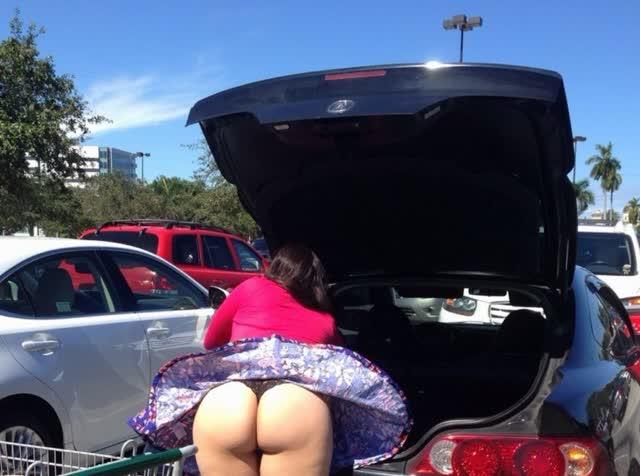 Dona de casa distraída com a bunda de fora estacionamento do mercado 1