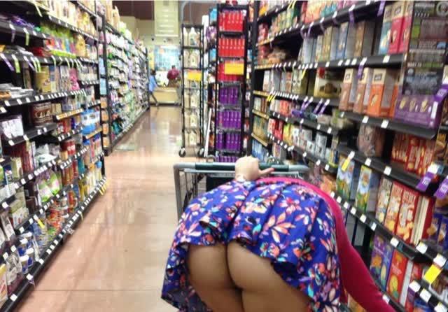 Dona de casa distraída com a bunda de fora estacionamento do mercado 2
