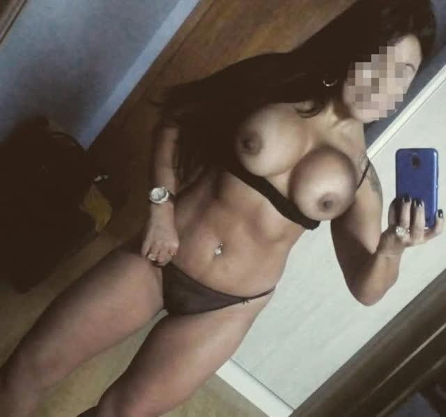 Personal da academia pelada tirando selfie no espelho 12