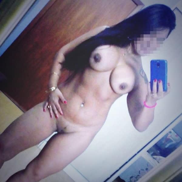 Personal da academia pelada tirando selfie no espelho 15