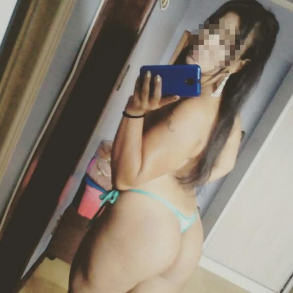 Personal da academia pelada tirando selfie no espelho 3