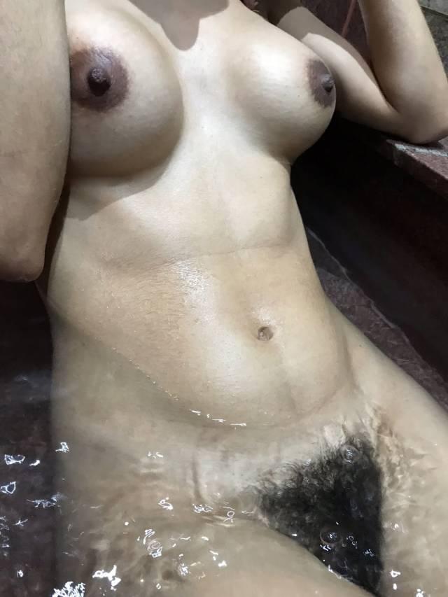 esposa-magrinha-peituda-sem-blusa-da-xoxota-peludinha-29