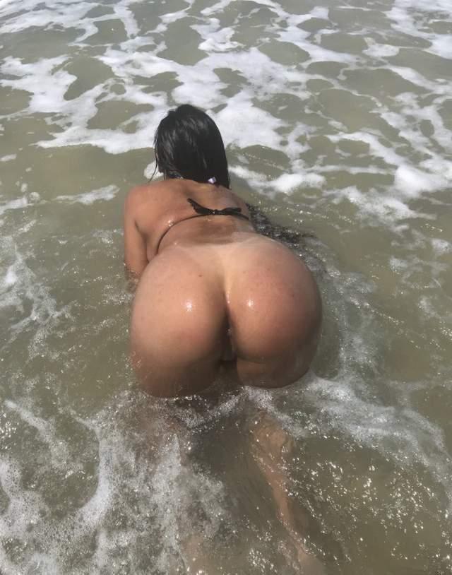 morena-exibida-ficando-pelada-na-praia-8